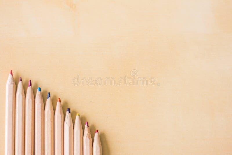 Quelques crayons sur une table images stock