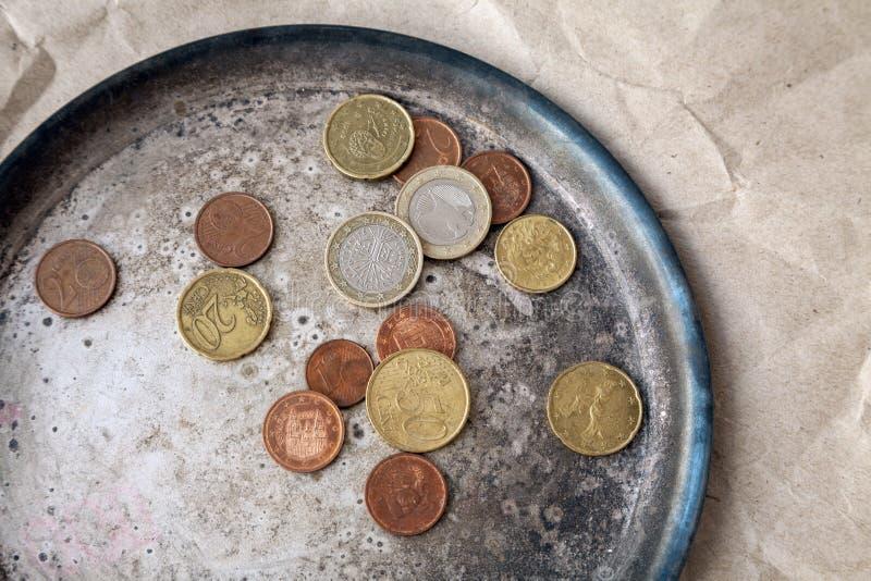 Quelques euro pièces de monnaie dispersées sur un plan rapproché de plat en métal image libre de droits