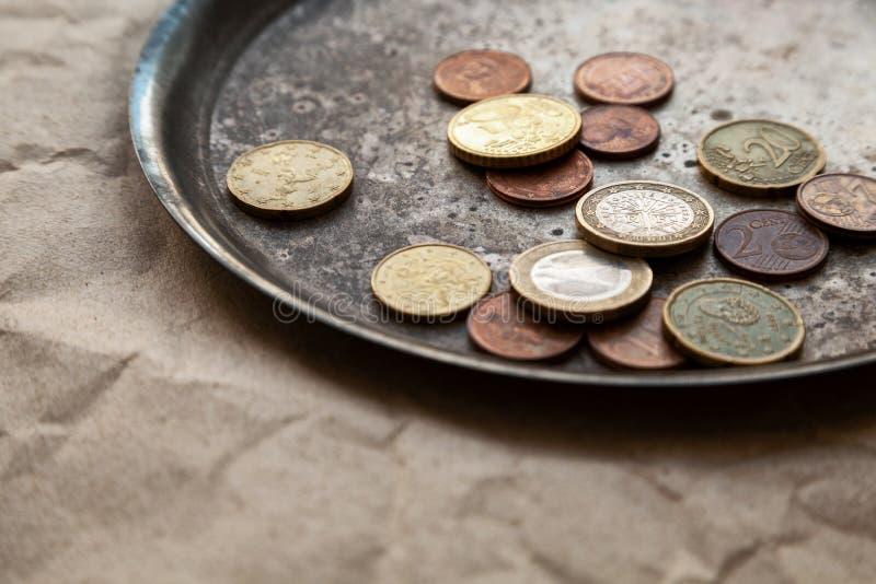 Quelques euro pi?ces de monnaie dispers?es sur un plan rapproch? de plat en m?tal photos libres de droits
