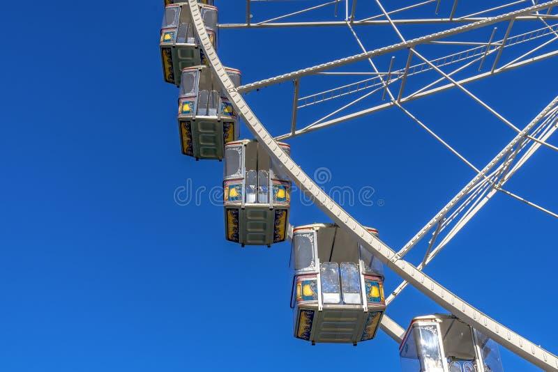 Quelques gondoles à une grande roue au ressort juste à Mayence, Rhi images stock