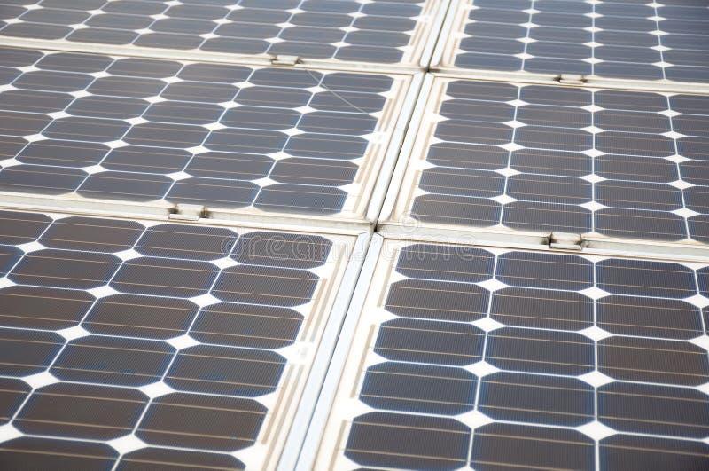 Quelques installations de panneau solaire photographie stock libre de droits