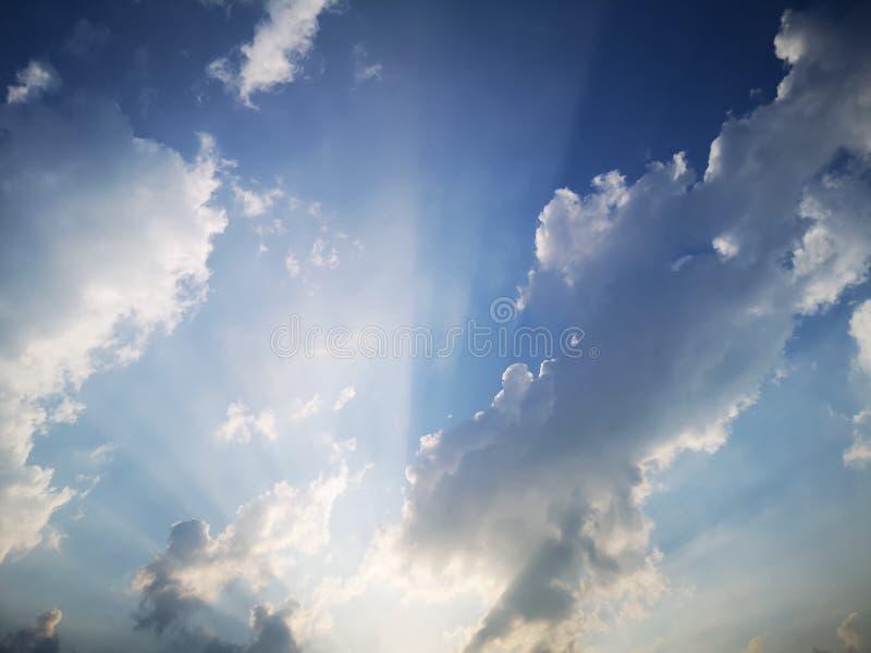 Quelques nuages avec le soleil en été photo libre de droits