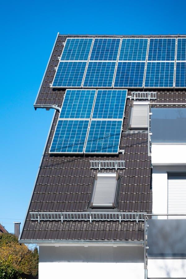 quelques panneaux solaires sur le toit d'une maison privée photographie stock libre de droits