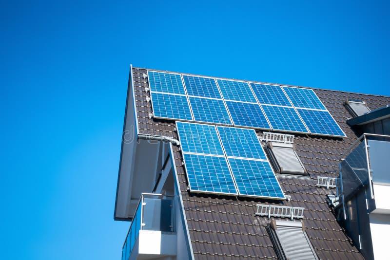 quelques panneaux solaires sur le toit d'une maison privée photos libres de droits