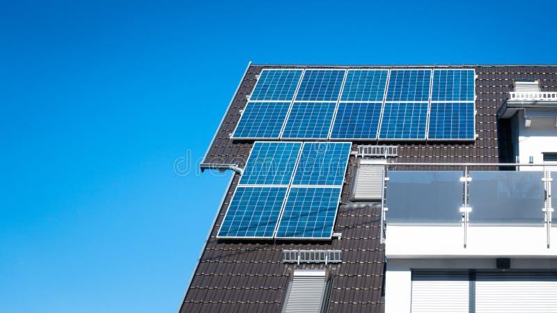 quelques panneaux solaires sur le toit d'une maison privée photo libre de droits