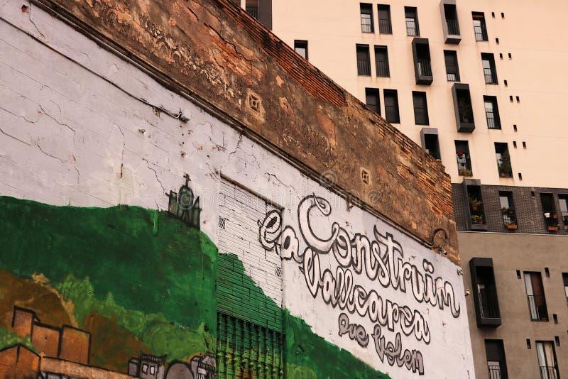Quelques peintures murales décorent les façades d'un secteur résidentiel de Barcelone image stock