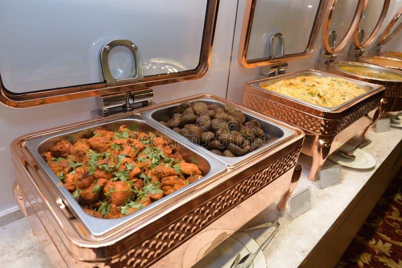 Quelques plats de viande de poulet frit, de Hara Bara Kebab et de riz Saffron frit photographie stock