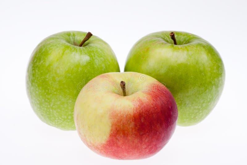 Quelques pommes vertes et rouges d'isolement sur le fond blanc photos stock