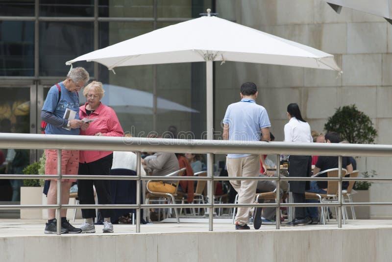 Quelques touristes pluss âgé, consultent une brochure photographie stock libre de droits