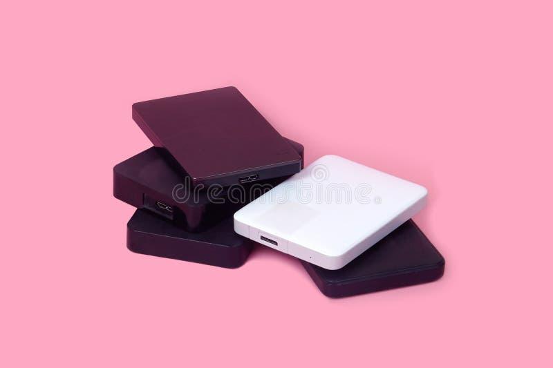 Quelques unit?s de disque dur externes pour stocker des donn?es, des supports et des informations de s?curit? photo libre de droits