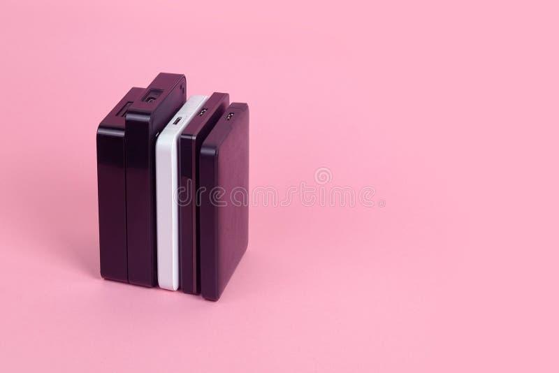 Quelques unit?s de disque dur externes pour stocker des donn?es, des supports et des informations de s?curit? image stock