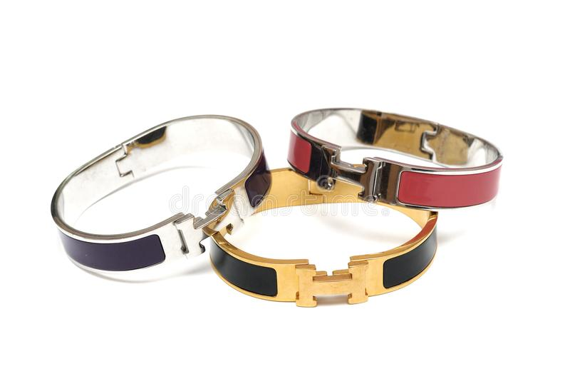 Quelques uns metal des bracelets de bracelets photographie stock libre de droits