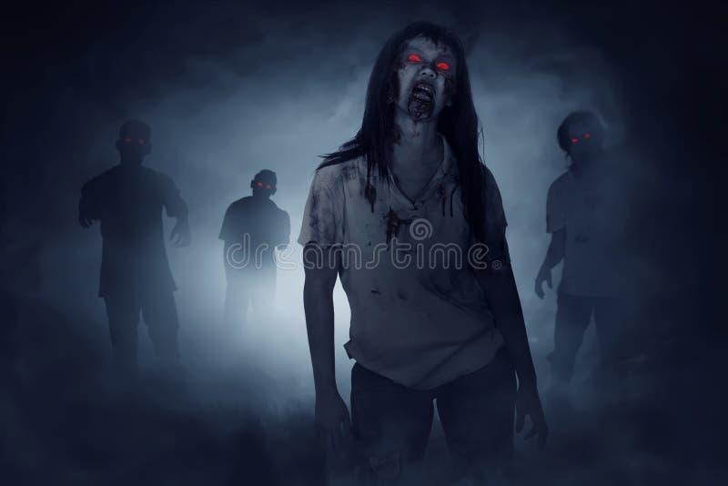 Quelques zombis marchant autour image stock