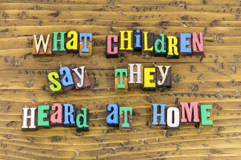 Quels enfants disent a entendu à la maison image stock