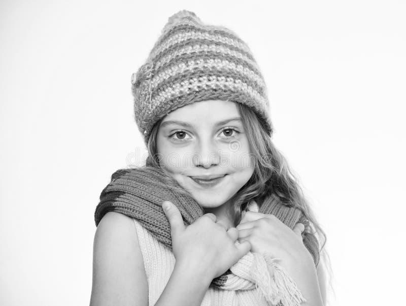 Quels tissus vous maintiendront plus chaud cet hiver Le chapeau et l'écharpe maintiennent chaud L'enfant utilisent le chapeau ble photo libre de droits