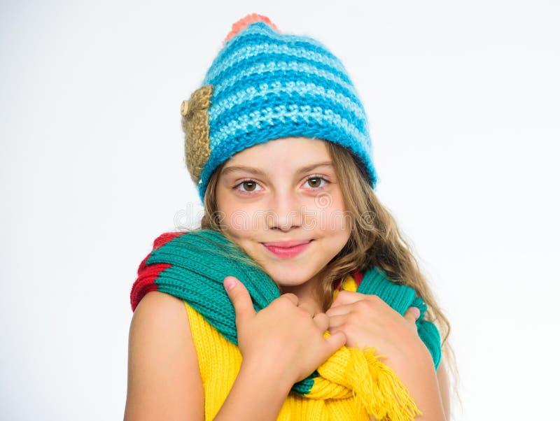 Quels tissus vous maintiendront plus chaud cet hiver Le chapeau et l'écharpe maintiennent chaud L'enfant utilisent le chapeau ble photos libres de droits