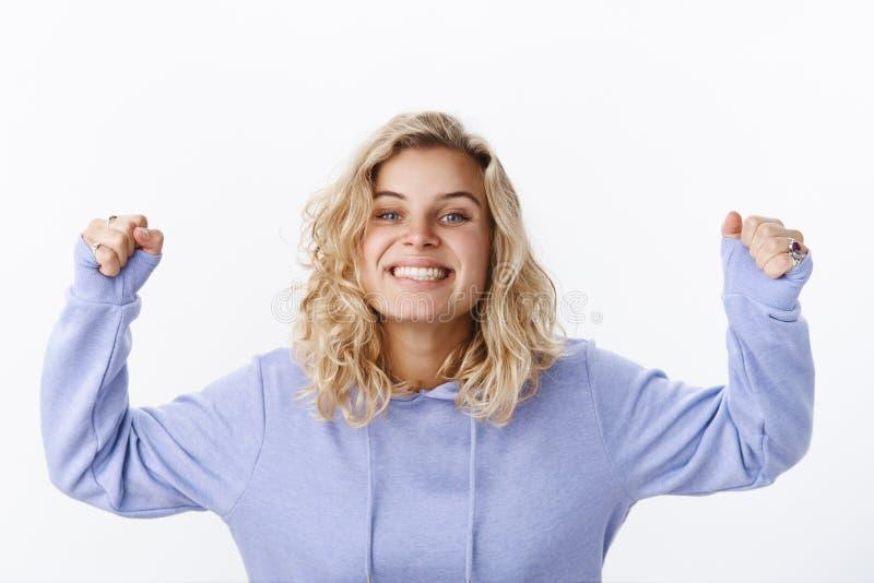 Quem é campeão Retrato da amiga nova bonita feliz ativa e entusiástica com corte de cabelo curto e azul imagem de stock