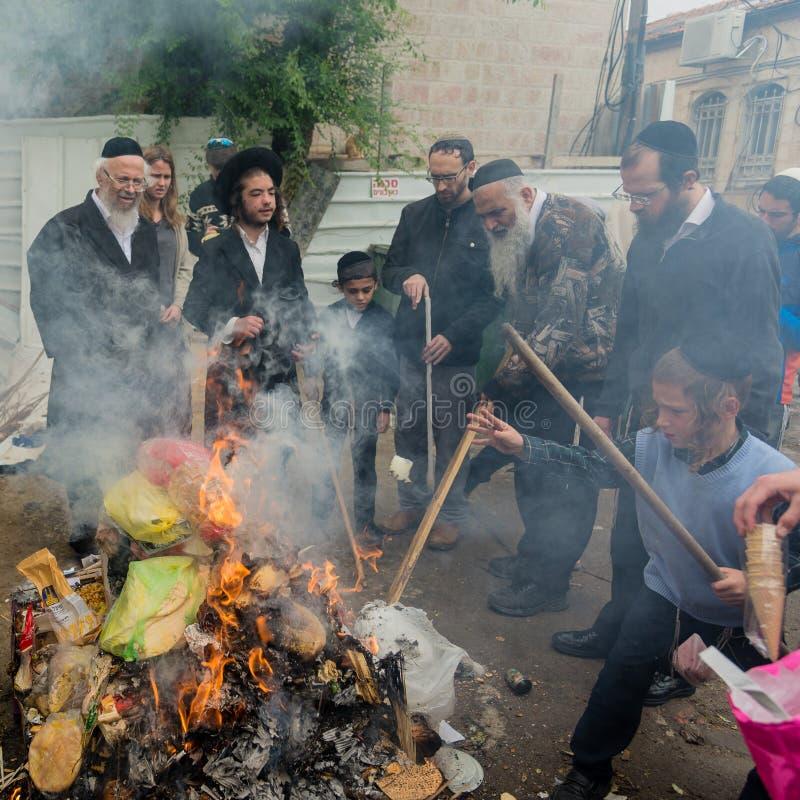 Quema de los productos leudados sobras antes de la pascua judía fotos de archivo libres de regalías