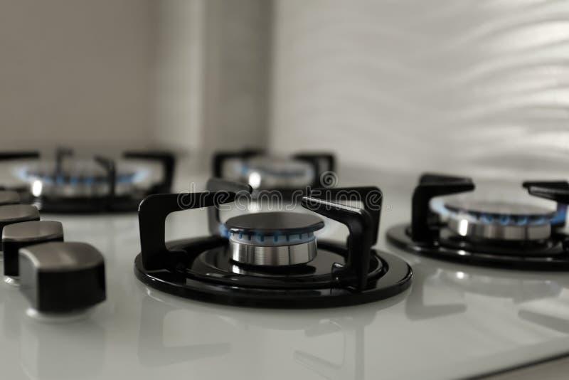 Quemadores de gas con la llama azul en estufa moderna fotografía de archivo libre de regalías