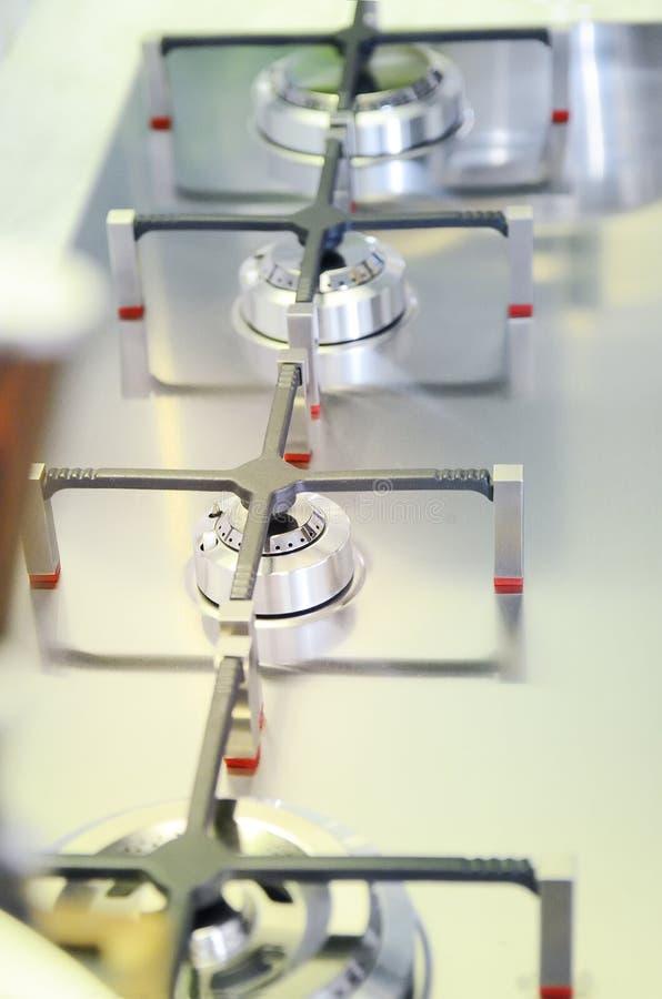 Quemadores de gas, primer, foco selectivo El concepto de interior moderno de la cocina imagen de archivo