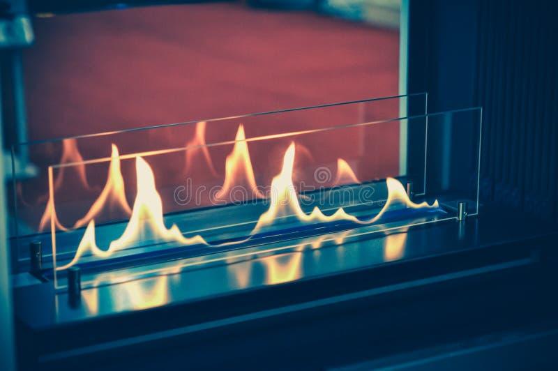 Quemadura de Biofireplace en el gas del etanol Combustible biológico contemporáneo del soporte fotos de archivo libres de regalías