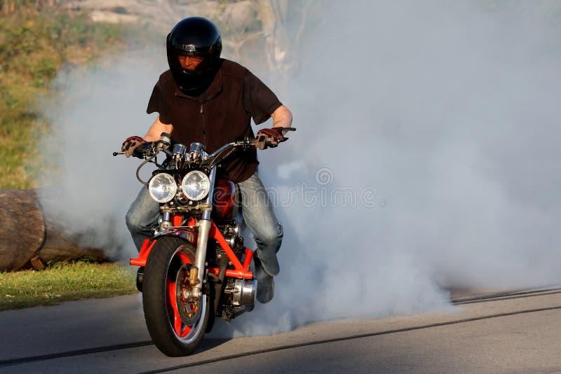 Quemadura del jinete de la moto imagen de archivo