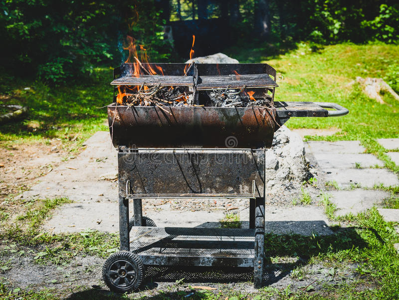 Quemando y precalentando la barbacoa oxidada vieja ase a la parrilla g sucio de limpieza foto de archivo libre de regalías