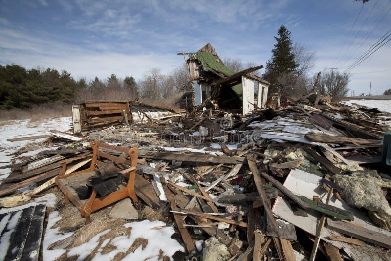 Queme la casa con escombros foto de archivo
