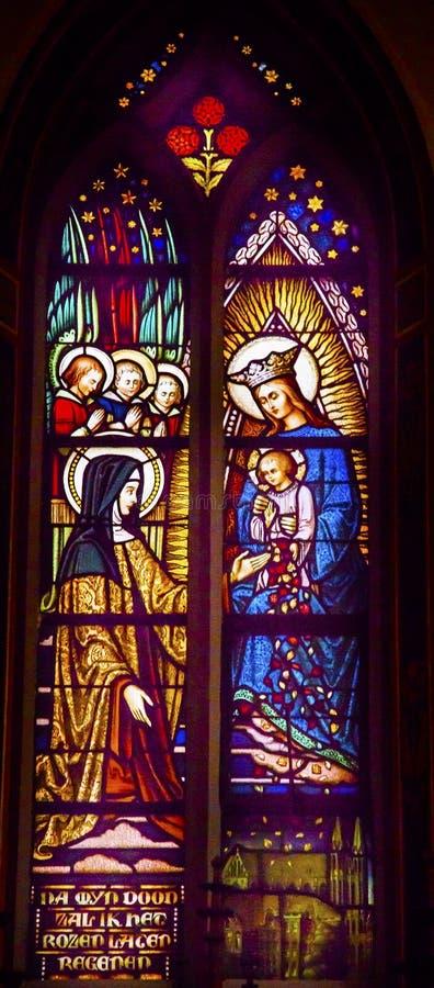 Quenn玛丽小耶稣彩色玻璃De Krijtberg荷兰的阿姆斯特丹 免版税库存图片