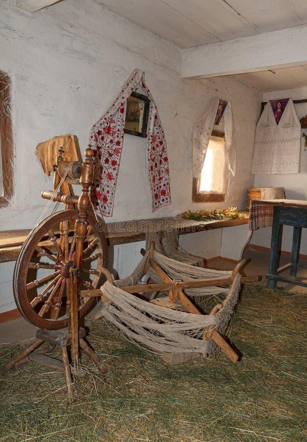 Quenouille et ustensiles dans la hutte rurale antique photos libres de droits