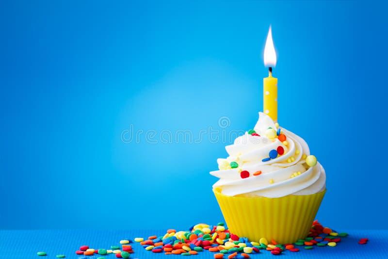 Queque amarelo do aniversário fotografia de stock