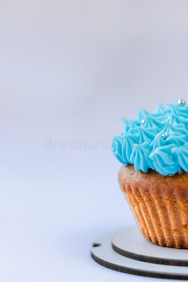 Queque azul do creme, confeitos, doce-material fotografia de stock