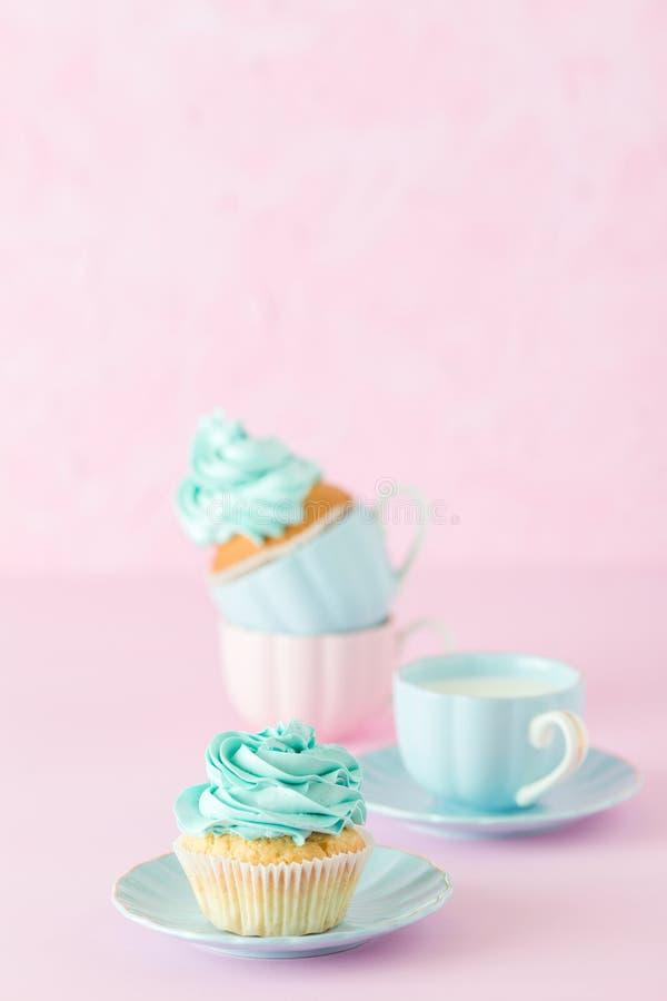 Queque com a decoração do creme da hortelã e o copo do leite e coffe no fundo pastel cor-de-rosa Cartão do dia do ` s da mãe imagens de stock