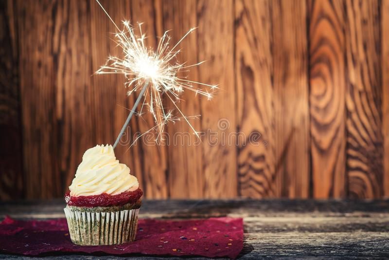 Queque com queijo creme Bolo de aniversário com o chuveirinho no fundo de madeira escuro Queque popular delicioso com creme feliz fotos de stock royalty free