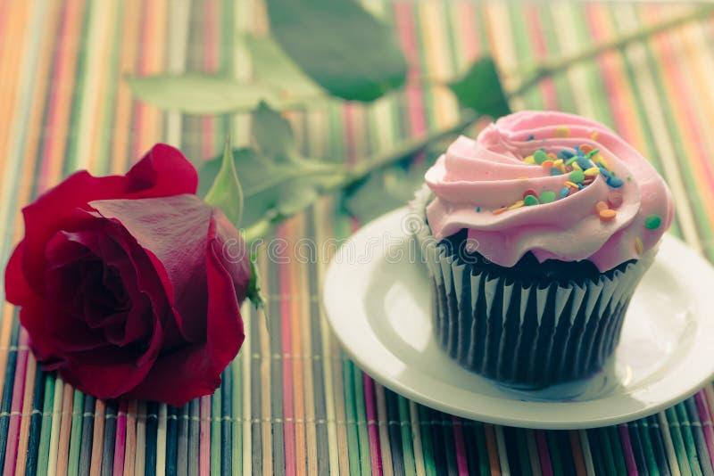Queque cor-de-rosa com rosa do vermelho fotos de stock