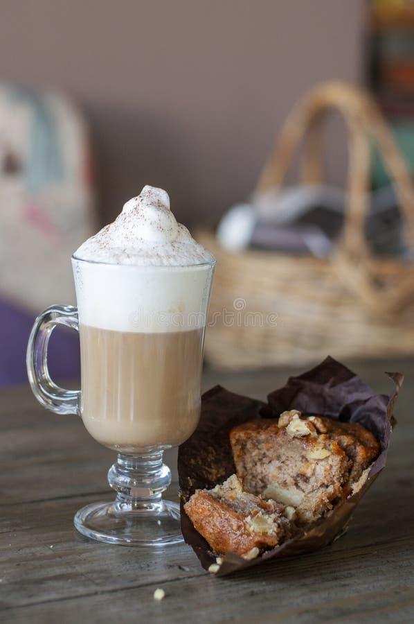 Queque da cenoura com latte da baunilha imagem de stock royalty free