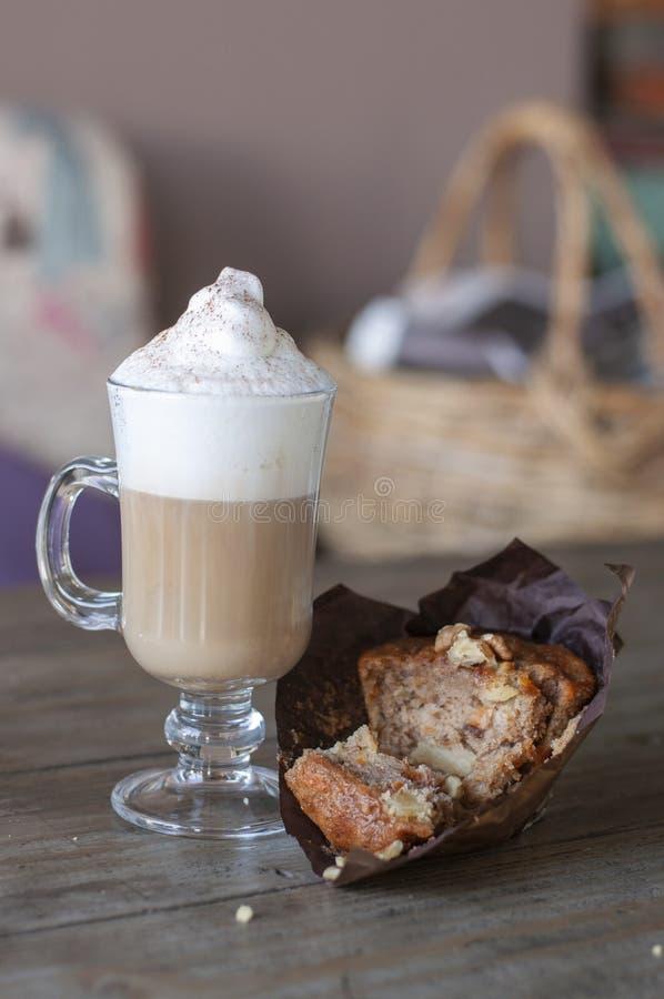Queque da cenoura com latte da baunilha foto de stock royalty free