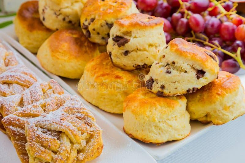 Queque da pastelaria do café da manhã no piquenique do festival de mola imagens de stock royalty free