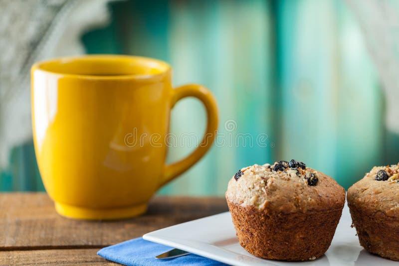 Queque da porca da banana servido com café para o café da manhã no vintage Ru fotografia de stock