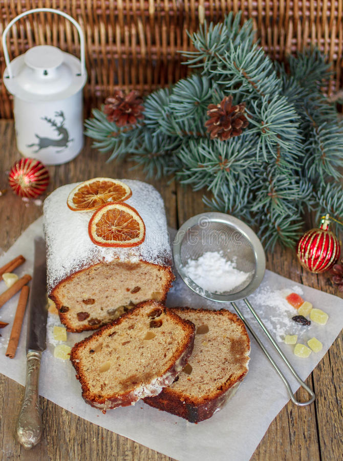 Queque de frutas con las nueces, las pasas, la fruta escarchada y las especias Torta picante tradicional de la Navidad fotos de archivo