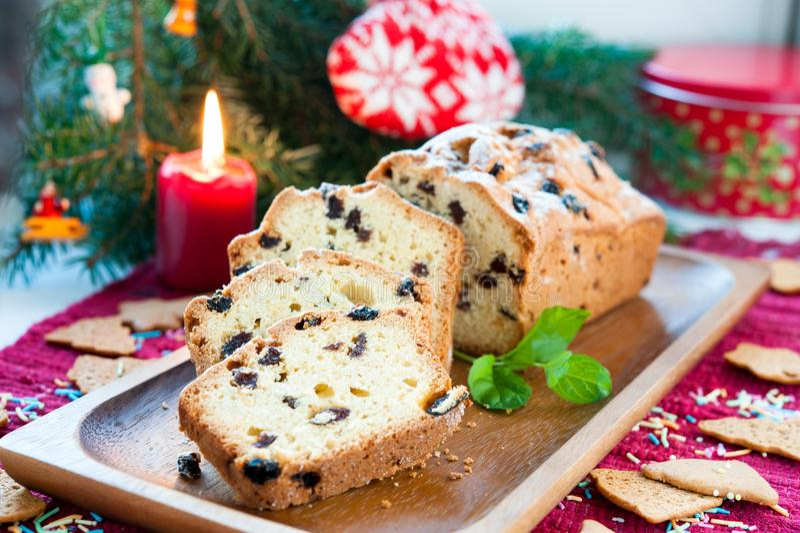 Queque de frutas cortado de la Navidad con las pasas en fondo festivo imágenes de archivo libres de regalías
