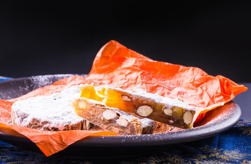 Queque de frutas de Panforte, torta italiana tradicional de la Navidad imagenes de archivo