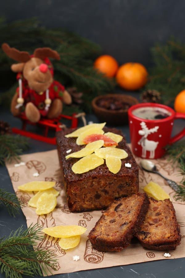 Queque de frutas de la Navidad con las frutas escarchadas y los frutos secos imágenes de archivo libres de regalías