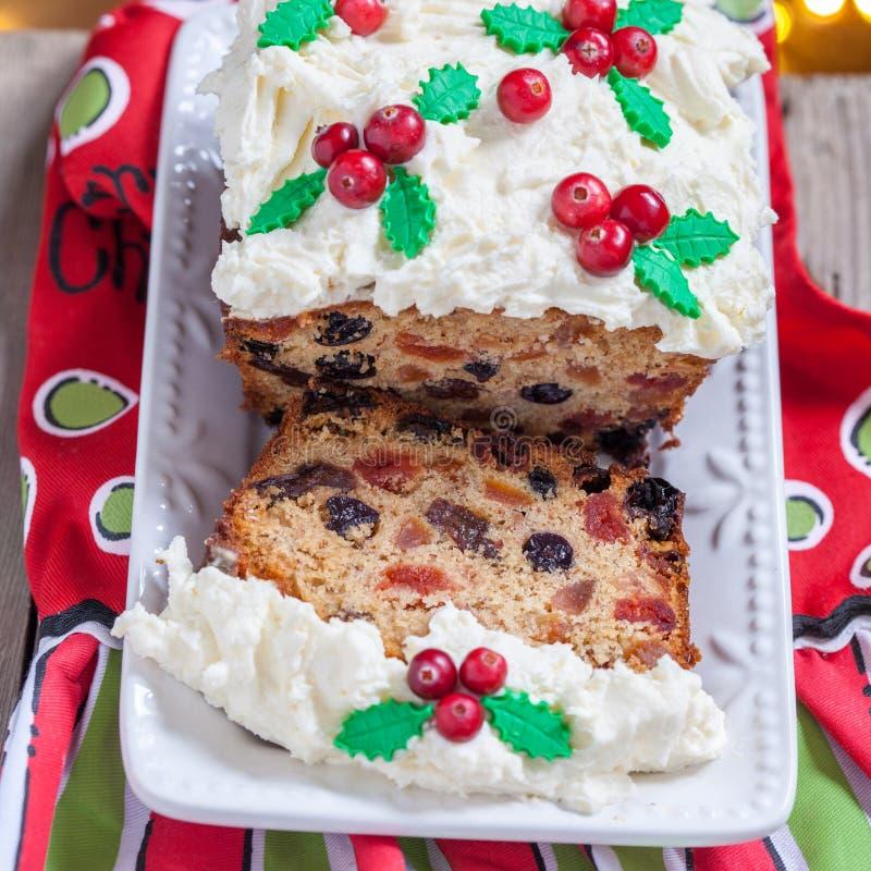 Queque de frutas tradicional de la Navidad imagen de archivo libre de regalías