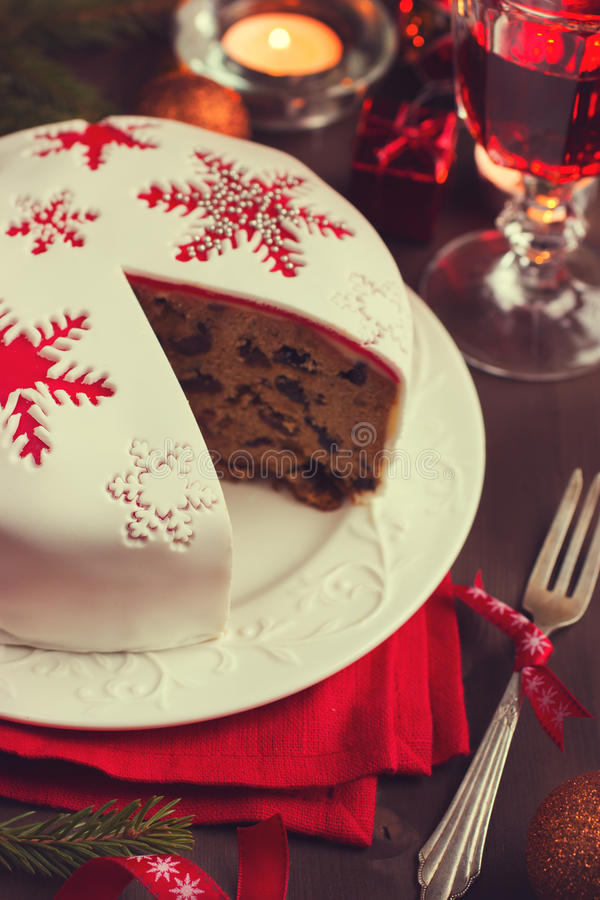 Queque de frutas tradicional en la tabla de la Navidad fotos de archivo libres de regalías
