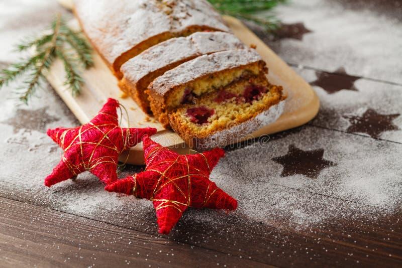 Queque de frutas tradicional para la Navidad adornado con suga pulverizado fotos de archivo libres de regalías