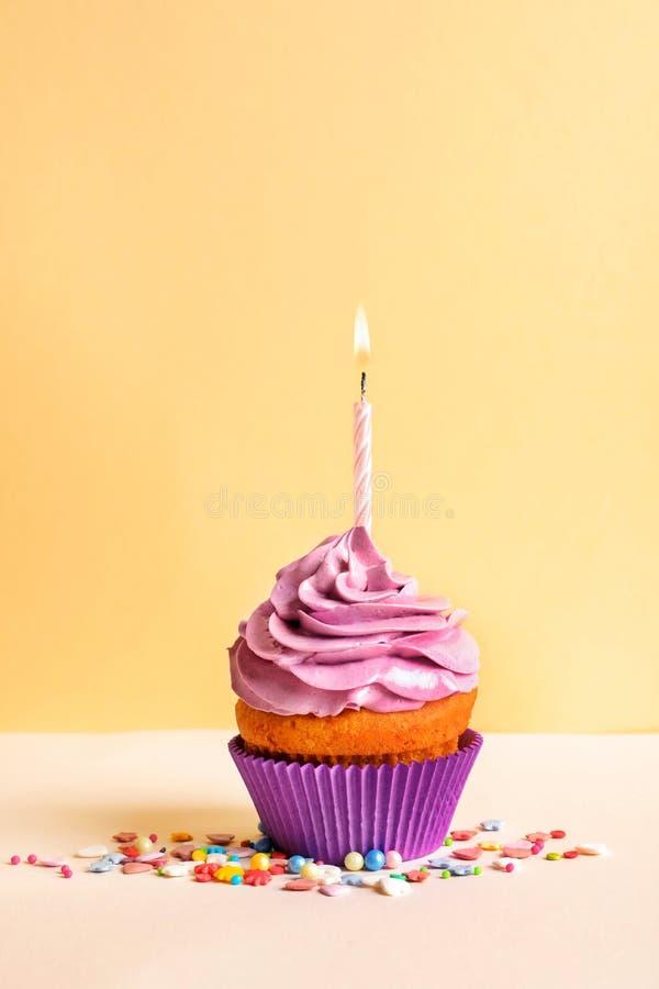 Queque delicioso do aniversário com vela fotografia de stock