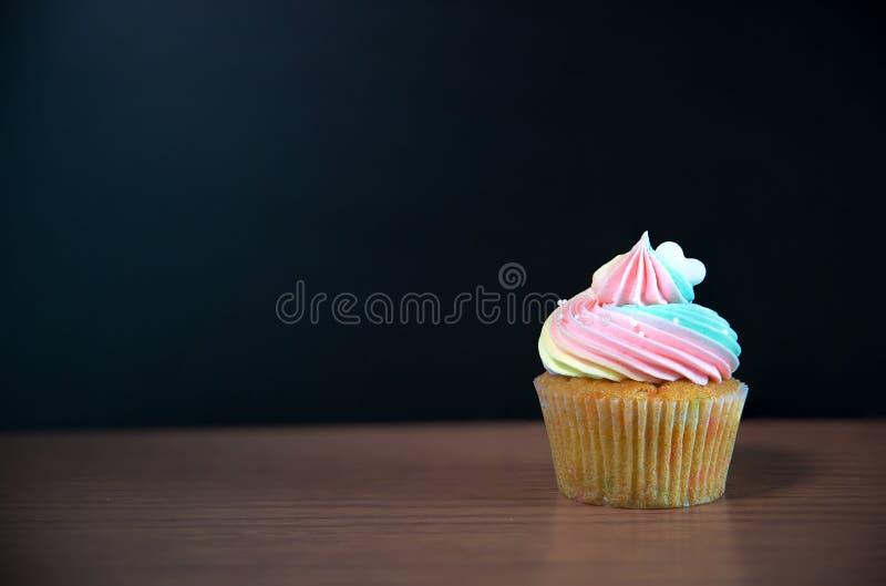 Queque do aniversário na frente de um quadro Mini bolo imagens de stock royalty free