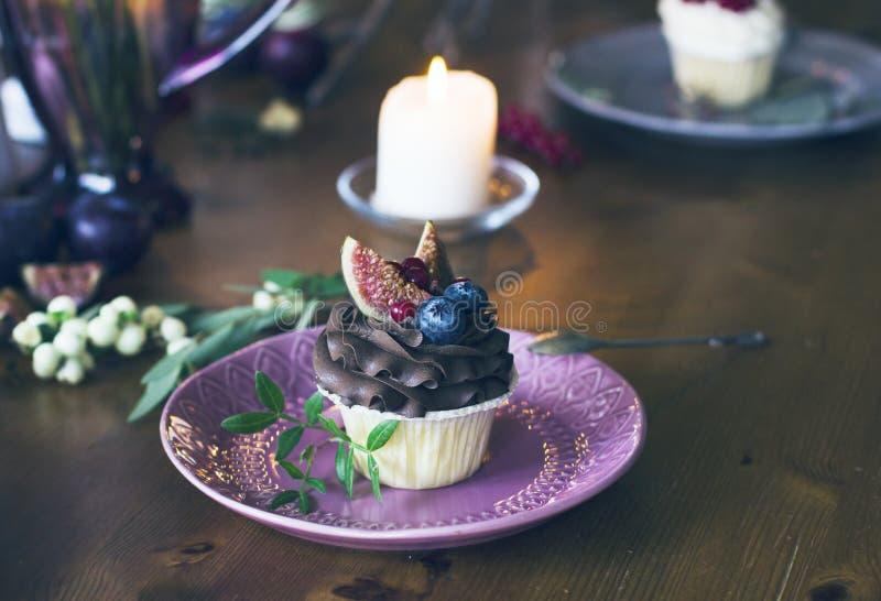 Queque do chocolate com figos e bagas na tabela festiva fotografia de stock royalty free