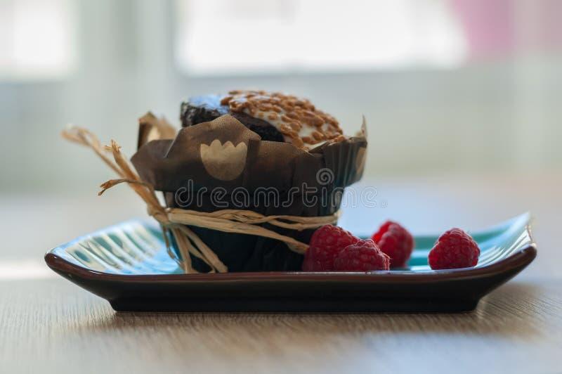 Download Queque Do Chocolate Com Framboesas Imagem de Stock - Imagem de folha, marrom: 80100515
